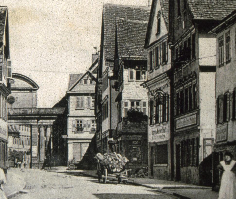 Rechts neben dem oberen Tor war das Textilwarengeschäft Gutmann.